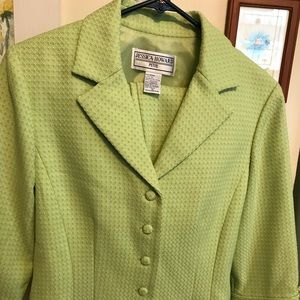2 pc Jessica Howard Suit. Sz. 10P. Blazer & skirt